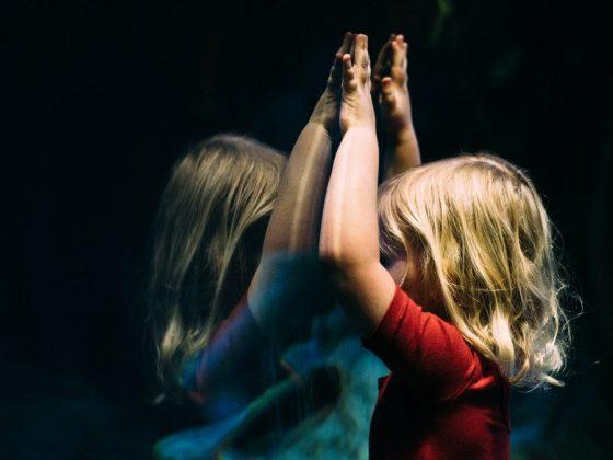 為什麼現在的孩子更憂鬱、更焦慮?專家認為自由玩樂時間變少,讓孩子感覺到很多事情不在自己的掌握之中,外在酬賞的機制剝奪了他們發展內在動機的機會。