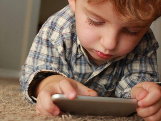 孩子使用電子產品,會為他們的大腦跟感官處理能力造成什麼影響呢?藍光會讓孩子精神警醒、大量視覺刺激會加速大腦的訊息處理速度,並且在一切停止、陡失視覺刺激時,感到情緒波動起伏。專家告訴你如何藉由身體活動調整孩子的情緒波動,但這只是短暫的效果,長期而言,電子產品對人類的影響是還未可知的。