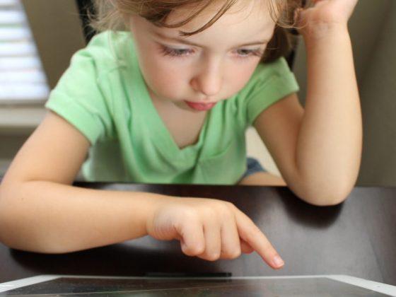 科技成癮是什麼?你的孩子也衝動抑怒、難以專注嗎?他看很多電視或使用平板或電腦嗎?