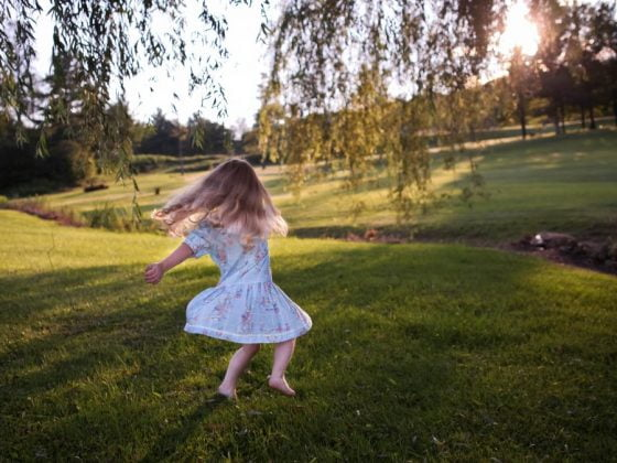 若我們希望培養孩子獨立遊戲的能力,我們可以怎麼做呢?專家Janet Lansbury提供5個小建議培養孩子獨立玩耍的能力。
