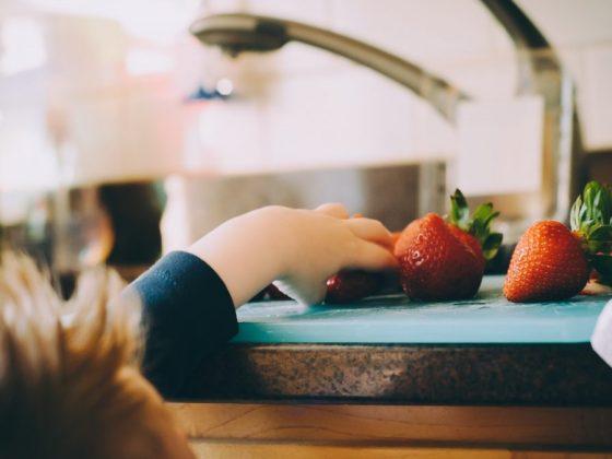 想要孩子學會幫忙做家事嗎?怎麼教幼兒叛逆期的小孩?善用讚美把你的孩子變成你的小幫手吧!