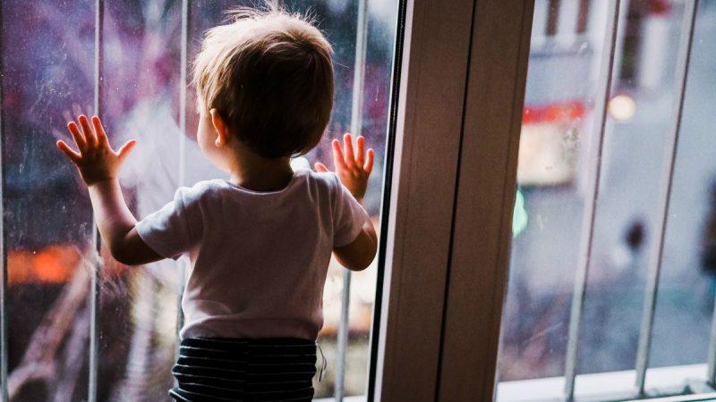當孩子情緒失控時,以積極介入法取代暫時隔離法作為育兒策略