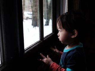 適度的羞恥感是人類共有的,是學習規範行為、讓我們可以在社群中共同生存的機制,你可能甚至可能把它視為人類意識的開端。因此,每個孩子在被糾正時都會出現這個本能反應,這沒什麼大問題,只要孩子最終感覺到的是安心、踏實,而非被處罰,如此一來,他可以在記起教訓時,同時仍然感覺自己是好的。然而,惡性羞恥感是怎麼發展出來的呢?