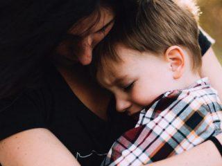 小孩真的會假哭操控大人嗎?親職專家以托兒所一個總是在哭泣的小女孩為我們解答這個問題。