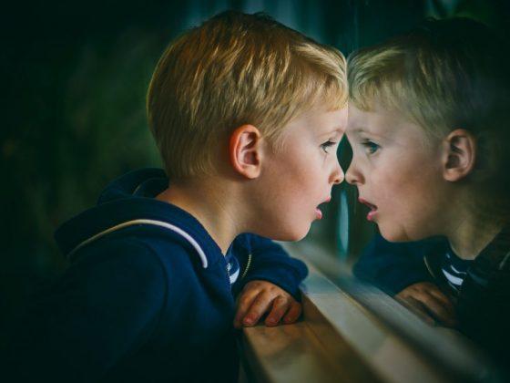 以發展跟關係的角度來看待孩子,每個問題背後都有一個故事,這會讓我們能夠將焦點從個人行為放到思考該行為背後的意義上,而這將會大大拓展我們回應孩子的方式。