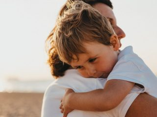 孩子很黏人怎麼辦?有些孩子只要不抱他就會哭,或者一定要特定的人抱才能夠安撫,他需要大量的關注跟陪伴。我們對黏人的孩子常有一個錯誤的印象,以為黏人就代表比較軟弱或很需要被照顧。而身為父母,要離開一個哭著索求我們關注的孩子,也可能會讓我們很有罪惡感。但是這真的讓他們在我們眼中變成了那個很無助、可憐的孩子,也讓他們相信自己真的是如此。就像所有的孩子一樣,黏人的孩子需要被賦予權力來表達他們強烈的感受和想法,而不是被溺愛和憐憫。但是該怎麼做呢?