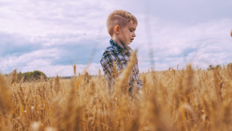 如果你有機會接觸到不同的孩子的話,會發現每個孩子都好不一樣。有些孩子天生擅長與人互動,遇到陌生人都會很大方地打招呼,很快地就能夠與人建立友好的關係;然而有些孩子生性害羞或比較慢熟,需要很多時間熱身,熟悉之後才有可能建立關係。如果你很擔心孩子在人際關係上的害羞或被動,不妨看看專家珍奈特怎麼說。