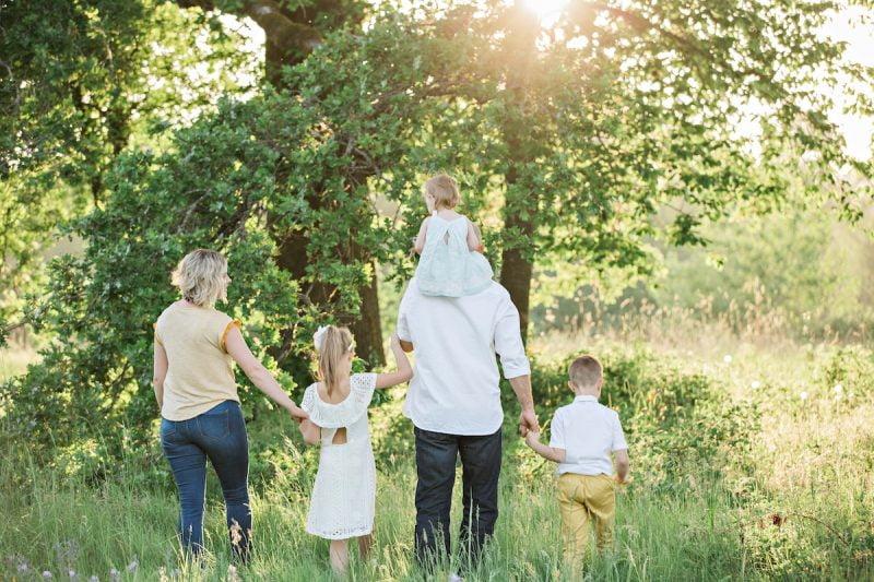 我們常常聽到「家庭是最溫暖的避風港」,家庭似乎是一個提供安全與歸屬感的地方,但是長成大人的我們也知道,其實不少人是想要逃離自己的家庭的。於是「要如何建立和樂的家庭?」就變成一個重要的問題了,到底該怎麼做,我們才能夠營造和樂的家庭氣氛?讓家裡的每個人都享受待在一起的時光、甚至在艱困的時刻,可以把家庭當作避風港一般地停靠。