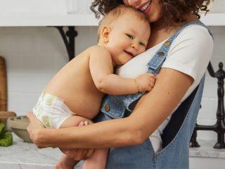 我們常常聽到親餵哺乳對寶寶有多好,卻很少聽到親餵哺乳對媽媽本身有多少好處。親餵哺乳是一個辛苦的過程,許多媽媽常常感覺自己無論在心理還是生理上都被親餵這件事情綑綁住了。既然是這麼辛苦的一件事,所以不妨得知親餵哺乳對媽媽們有什麼樣的好處吧!親餵的時刻,不只是為了寶寶,也是為了自己呢!