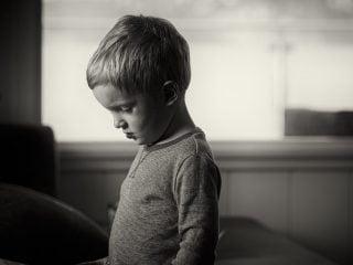 如何設立適當的界線又教會孩子學會情緒管理?孩子情緒失控時,我們能做的就是接納與同理,即便是在設立界線時也是如此。