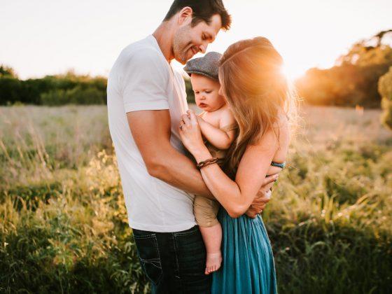 現代的爸媽明白陪伴是教養中很重要的要素,但是陪伴到底要做些什麼呢?孫明儀老師以嬰幼兒心智健康的角度,跟大家談一談除了日常生活的照顧之外,另一個很重要的親職功能-跟孩子「同在」。這不但可以讓親子關係更好,也讓孩子在陪伴中理解自己,慢慢地將每個時刻下自己經驗到的變成可以持續的自我感。讓我們來看看幼兒期的爸媽如何與孩子同在吧!