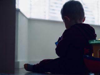 忽視是一種難以名狀的創傷,尤其是情感忽視。若你兒時曾遭受情感忽視或生理忽視,那麼療癒傷痛的過程可能會是非常艱難的。因為被忽視的孩子,往往在當下沒有意識到自己受到忽視,而可能將痛苦和孤單內化,把錯怪到自己身上,以為討論自己的情感是很自私或自我中心的。若你發現自己小時候是常常受到忽視的,請記得你可以找回真正的自我和價值。